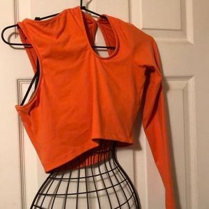 BeBe one sleeve crop top